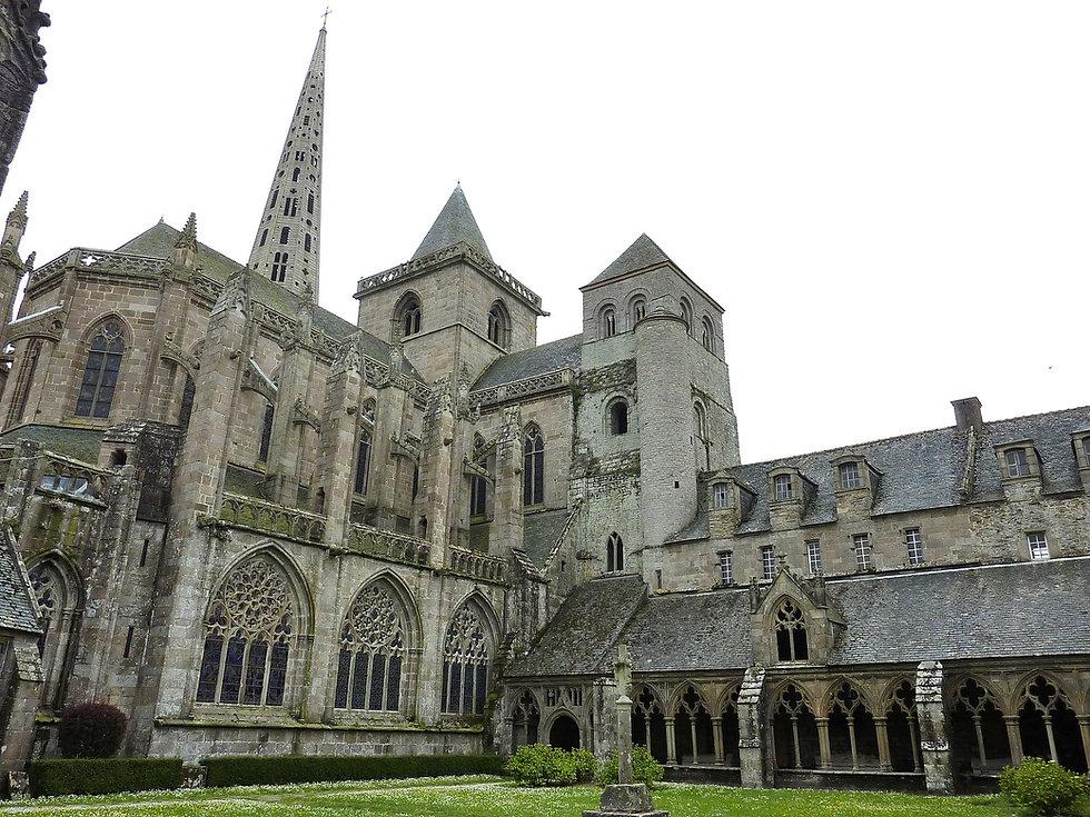 1920px-10_Tréguier_La_cathédrale_vue_du_cloître_et_une_partie_de_ce_dernier.jpeg