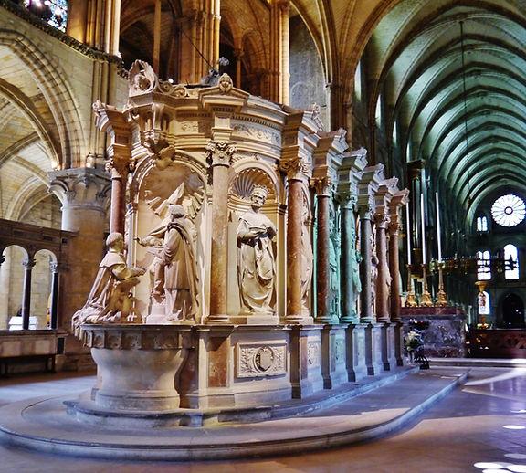 Reims_Basilique_St._Rémy_Innen_Chor_Remigiusschrein_1.jpg