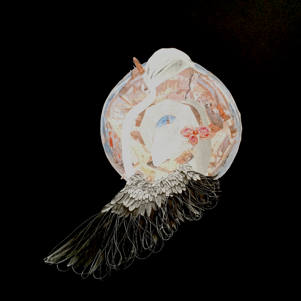 (3) - 35,05 x 35,05 cms. Papel couché con intervención de hebras de hilo de algodón negro, gris y hebras de hilo de fantasía plateado. Rostro delineado con bordado de hilo de fantasía planeado.