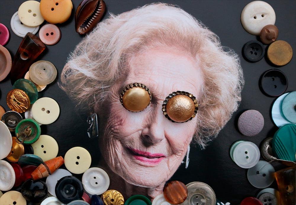 """""""La mujer y el diseño"""": Collage analógico, año 2019. Papel couché. Elemento utilizado: botones antiguos. Idea principal: Reutilización de objeto antiguo."""