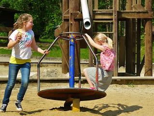Brincadeiras ao ar livre ajudam criança a gostar mais do lugar onde mora