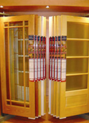 Corner inline door display