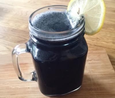 Detoxa med svart lemonad