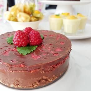 Raw chokladfudgetårta med hallonrippel (vegansk, lchf & paleo)