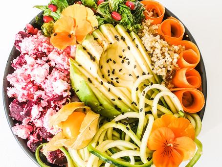 Green bowl med rödbetsfeta, grönkål, russin-quinoa & zucchini i balsamico-vinägrett
