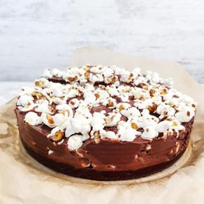 Raw brownie- & chokladfudgetårta med popcorn