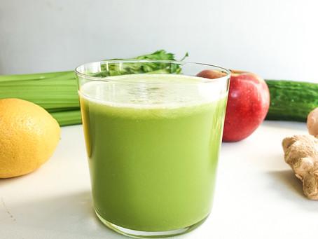 Grön juice på selleri, gurka, citron, ingefära & äpple