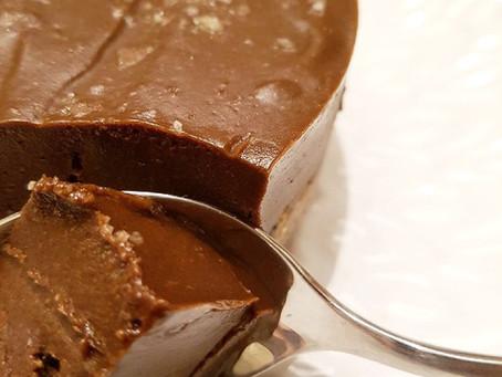 Raw chokladfudgekaka med havssalt (& valbar proteingömma)