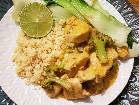 Asiatisk kyckling- & boccoligryta med pak choi