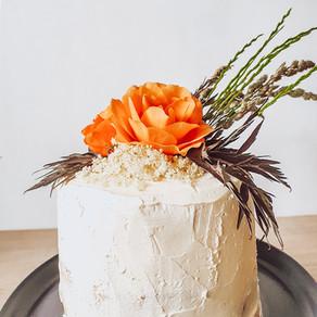 Festlig glutenfri tårta med lager av jordgubbsmousse & vitchokladmousse