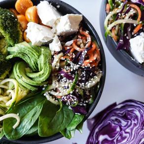Green bowl med asiatisk sesamsallad, avokado & broccoli