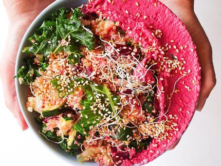 Green bowl med quinoa, zucchini & rödbetshummus