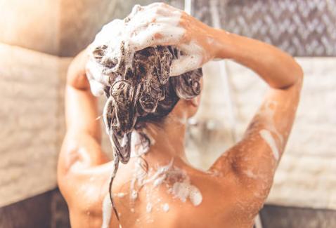 comment utiliser les huiles essentielles pour le soin des cheveux