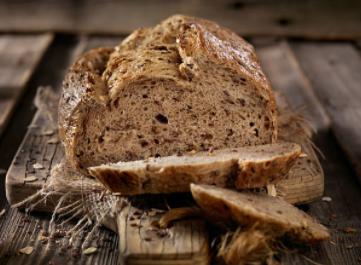 manger du pain complet pour un petit déjeuner sain