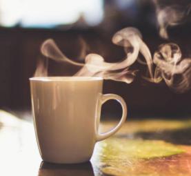 Boire une boisson chaude pour un petit déjeuner sain