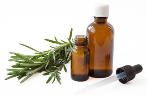 L'huile essentielle de romarin à cinéole pour le soin des cheveux