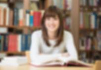 図書室で笑う女性.jpg