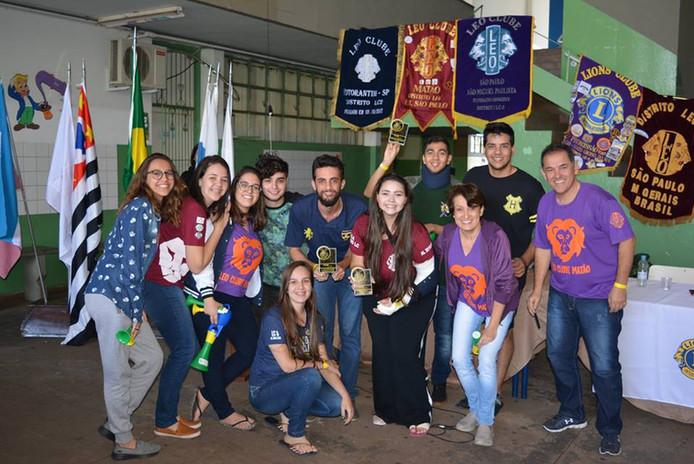 Co-fundadores do Mundo LEO e comitiva do Distrito LEO LC-6 recebendo a premiação de melhor web site em alusão à criação/apresentação do Mundo LEO durante a XIX Conferência do DM LEO LC, em Promissão / SP.
