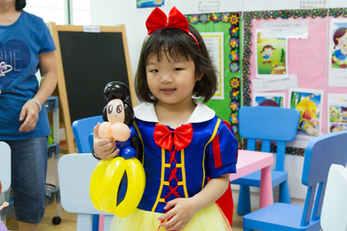 Snow White, with her Snow White balloon!