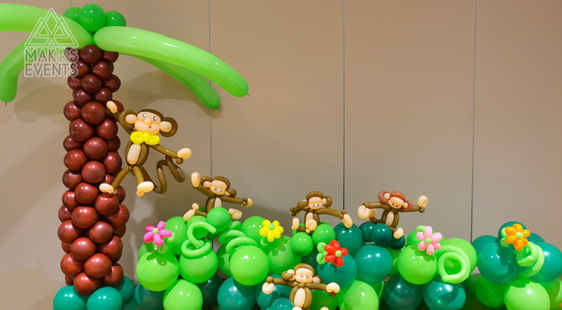 Monkeys and their coconut tree balloon decoration