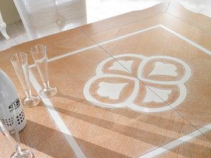 Tavolo in frassino con piano intarsiato bicolore