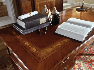 Scrittoio in ciliegio con piano intarsiato