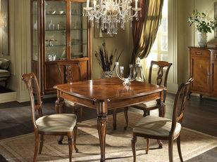 Tavolo quadrato in noce in stile classico