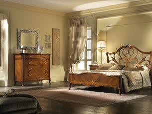 Camera in noce intarsiata in stile classico