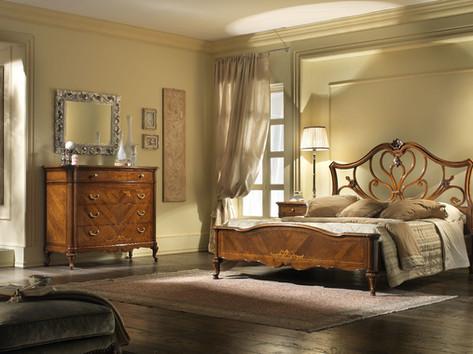 Camera classica in noce con intarsi
