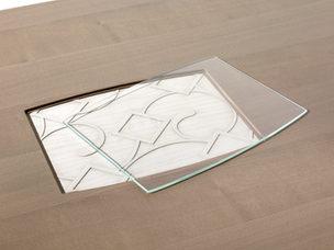 Particolare inserto centrale del tavolo con vetro