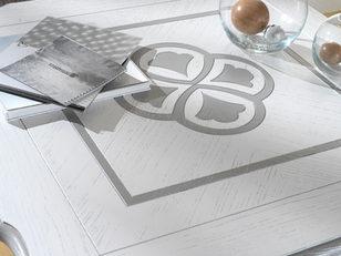 Tavolino quadrato con piano intarsiato