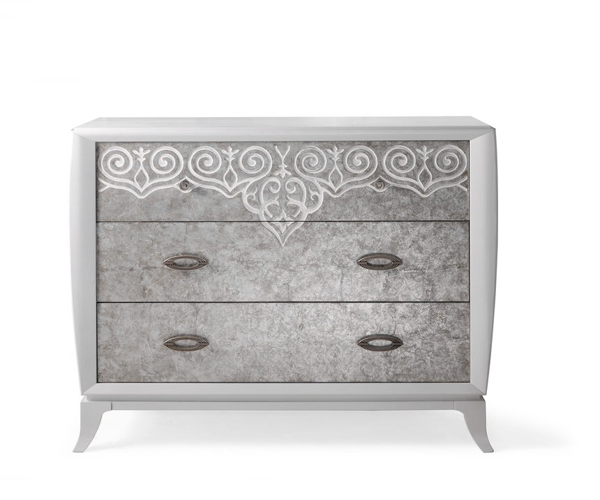 Chest of 3 drawers with feet.