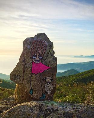 Même pour ceux qui ne sont jamais allés en Corse, on a tous vu ses plages paradisiaques, on imagine les soirées «cocktailisées» qui y commencent vers 18h alors que le sel et le soleil nous tirent encore la peau. On a tous un(e) pote qui a publié une photo d'un village sublime perché au milieu des montagnes et un(e) qui pose son selfie version «sport à risques» en haut d'un sommet au bord d'un lac les chevaux sauvages en arrière-plan comme si de rien était!