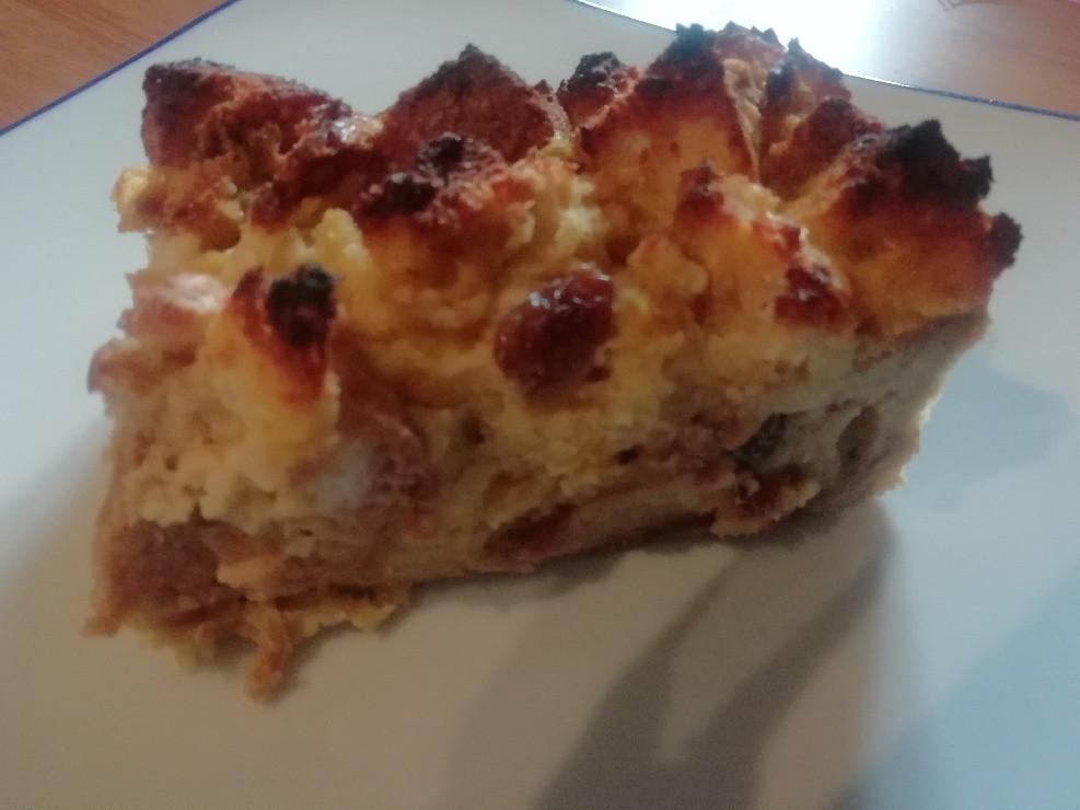 un délicieux gâteau au pain dur avec des raisins secs et du rhum