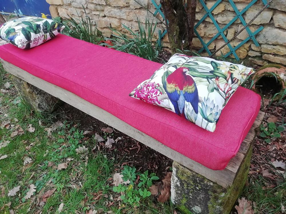 sous les rosiers le charme du banc et ses oiseaux exotiques