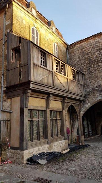 Pour le film: habillage bois sur la façade de cette maison medievale