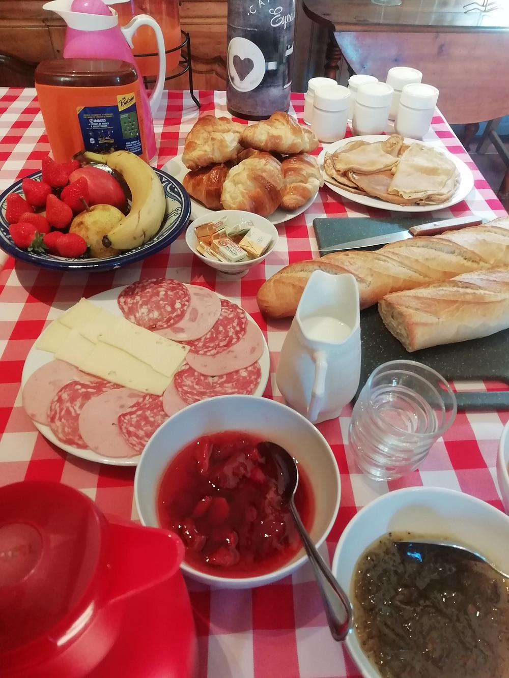 Un partie de la composition du buffet de petit déjeuner, que des gourmandises maison!!
