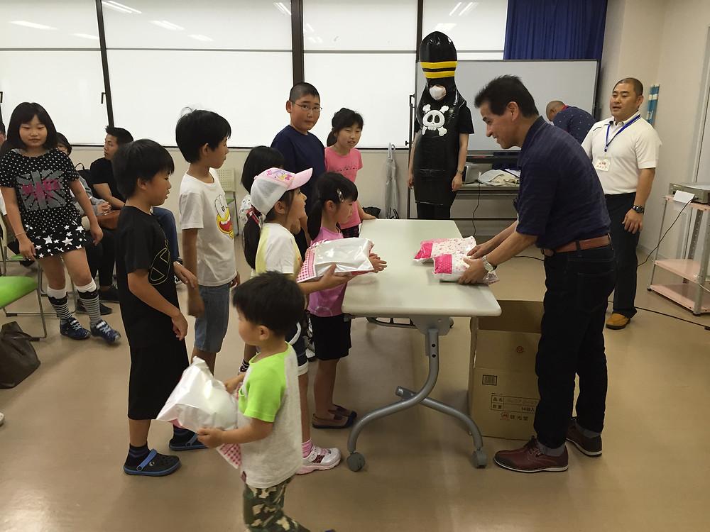 参加賞のお菓子を連合会長からもらう子供達。よくがんばったね!