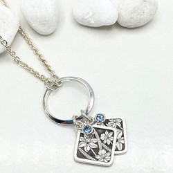 Flower and birthstone mothers' pendant