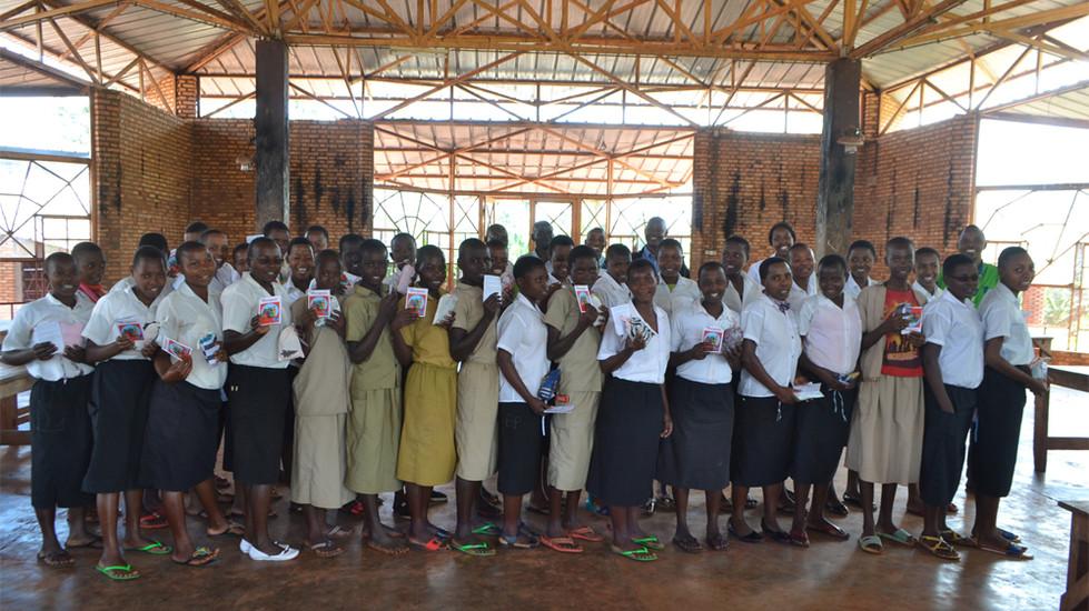 La serviette AGATEKA dans les établissements scolaires de Ngozi