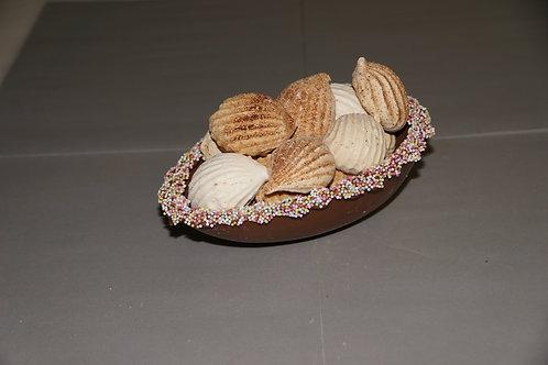 Oster-Ei aus Schokolade gefüllt mit Mini-Meringues