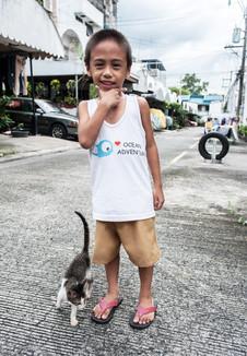Le petit garçon et le chaton, Lipa, Batangas, Philippines, octobre 2016.