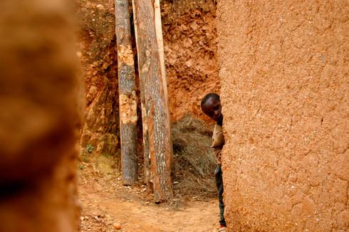 Cache-cache, Gitarama, Rwanda, décembre 2010.