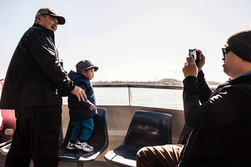 Auckand, Nouvelle Zélande, octobre 2018. Grandfather, father and son. I took this picture last October, as we were on the boat travelling with my brother between Auckland and Waiheke island.