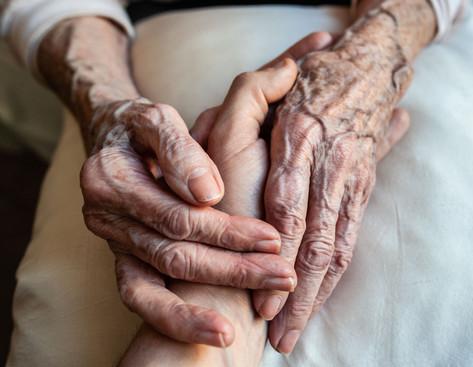 """Depuis tout petit, j'ai toujours trouvé les mains de ma tante Mana très belles, très «expressives». Lorsque j'ai raconté ça à ma tante Renée, elle a sourit : «C'est vrai, Mana a les mains qui parlent !» J'ai donc demandé à Mana de prendre ma main dans les siennes, pour symboliser l'unité de nos âges, de nos vécus, de nos vies. Nous ne faisons qu'un, tous ensemble. Je vous aime, Mana et Renée ! . Since I was a child, I have always found that my aunt Mana had very beautiful, very """"expressive"""" hands. When I told my aunt Renée about it, she smiled and said, """"That's right, Mana's hands talk! """" I asked Mana to take my hand in hers, to symbolize the unity of our ages, our experiences, our lives. We are all one, all together. Thank you Mana, thank you Renée, I love you !"""