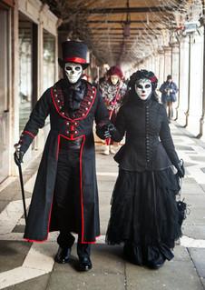 Le couple en noir de la place Saint-Marc, Carnaval de Venise, Italie, février 2016.