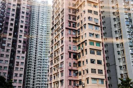 Buildings colorés d'Hong Kong vus depuis le métro, octobre 2015. . Hong Kong colorful buildings, subway view, October 2015.