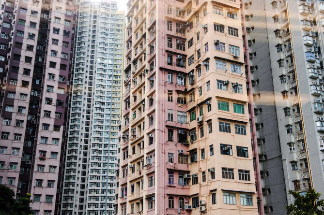 Buildings colorés d'Hong Kong vus depuis le métro, octobre 2015. . Hong Kong colorful buildings, subway view, October 2015.