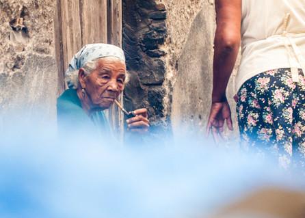 Nous roulions dans Povoação (Ribeira Grande), dans le nord-est de l'île de Santo Antão. Nous dépassons l'église. Sur la gauch, une rue étroite. Soudain, la dame apparaît. Elle semble si tranquille.   We were driving through the city of Ribeira Grande, located to the northeast of the island of Santo Antão. The church. A narrow street. Suddenly this lady appeared. She looked so peaceful...  Santo Antão, Cap-Vert, mars 2017.