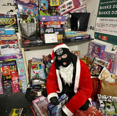 OUTLAW GIVES KIDS GIFTS AND PARENTS CASH